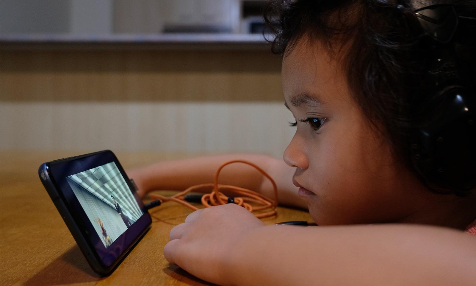Des histoires numériques envoyées par les enfants aux personnes âgées isolées